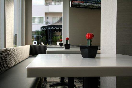 West Beach Inn: tables