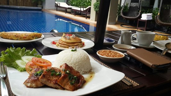 King Grand Suites Boutique Hotel II: Breakfast in poolside