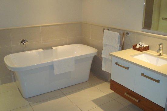Marine Square: Banheiro do apart com toalheiro aquecido e piso aquecido
