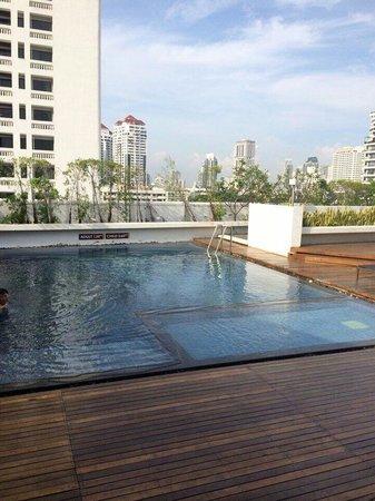 Oakwood Residence Sukhumvit Thonglor: Roof pool