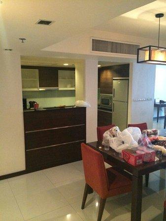Oakwood Residence Sukhumvit Thonglor: Kitchen and table