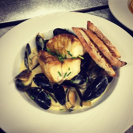 Cape Neddick Inn Restaurant: Curry and ginger dusted monk fish with mussels, leeks and apples in a saffron creamSauce.. Wow