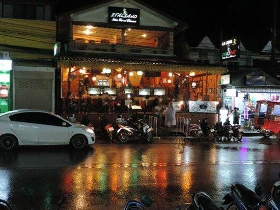 La Luna Italian Restaurant: Nighttime from across the street