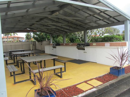 Tuncurry Beach Motel: BBQ Area