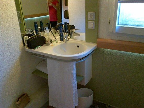 Ibis Budget Poitiers Nord : Petit lavabo dans un coin de la chambre