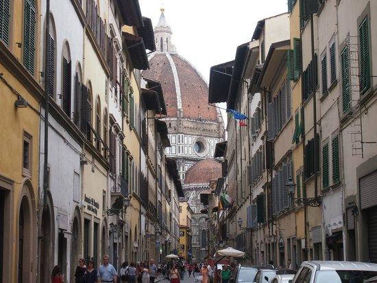 First of Florence Residence Apart'Hotel: ホテル前の通りから見えるドーモ