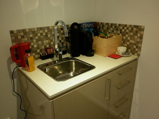 North Adelaide Boutique Stayz Accommodation: coffee making area