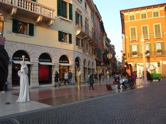 Via Mazzini: 角にあるルイヴィトンが目印です
