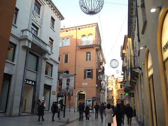 Via Mazzini: ブランドショップが並んでいます