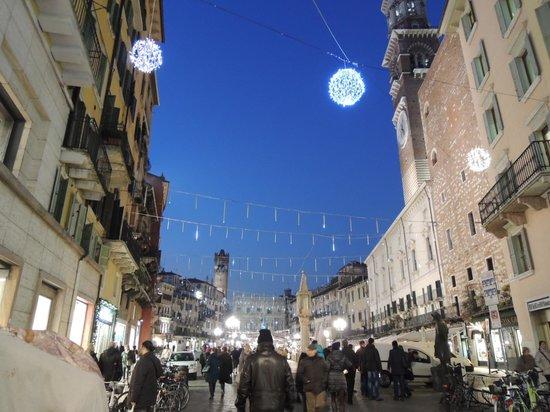 Via Mazzini: 17時暗くなってイルミネーションが綺麗です