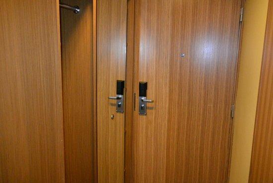 Hotel Bern: Шкаф в номере
