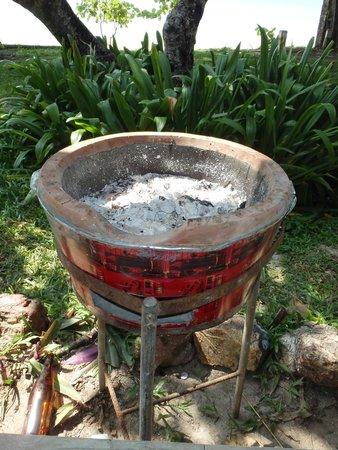 Klaeng, Tailandia: เตาถ่านสำหรับปิ้งย่าง พร้อมตะแกรงเหล็ก + ถ่าน