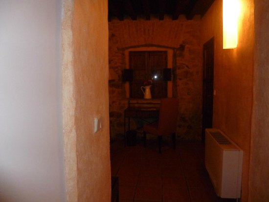 Hotel Plaza de Toros de Almaden: Habitación con comunicación indirecta a la calle, cómodo para descargar