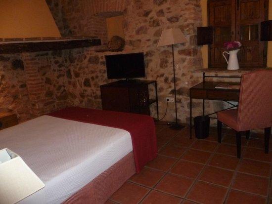 Hotel Plaza de Toros de Almaden: Habitación con antigua chimenea