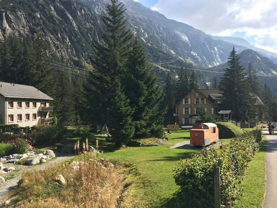 Handeck - Hotel und Naturresort : Spielplatz und Hotel