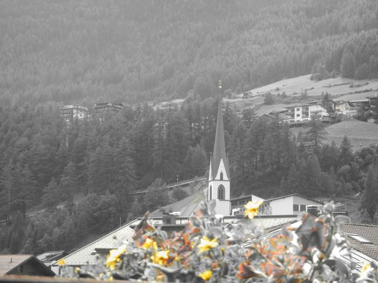 Hotel Garni Das Zentrum: Different perspective - looking right to the church & mountains