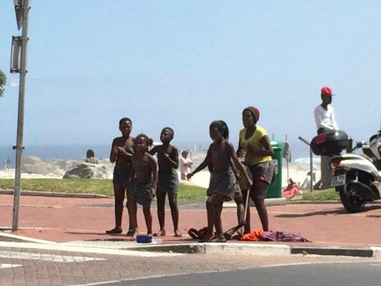 Paranga: Kids dancing opposite to the restaurant