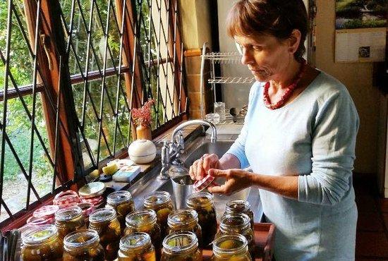 10 Alexander : Bottling home made fig preserve