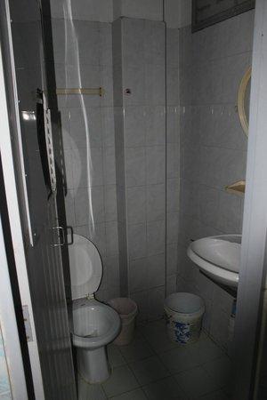 New Central Guest House: Il bagno con il buco nella porta