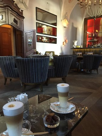 Refectory Bar 1887 : Cafe latte with mini biscuits
