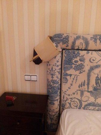 Osuna Hotel: Mobiliario muy antiguo. Las lámparas se caen ....