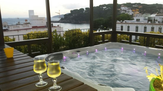Hotel La Muntanya: Disfrutas del atardecer con copa de vino. Excelente