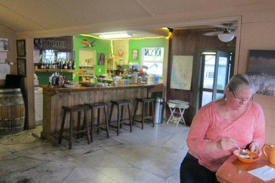 River Rock Inn : Inside the deli & breakfast area