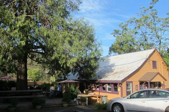 River Rock Inn : View from room 6 toward the deli & breakfast & office area