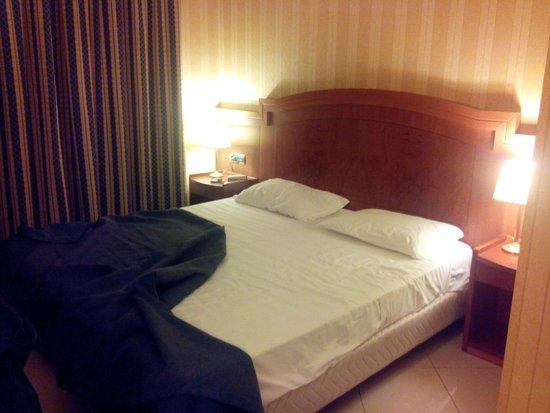 Hotel Joyfull: The grand bed