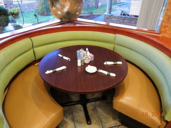 Lincoln Square Pancake House: Round table