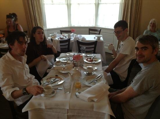 Rounceval House Hotel : A hearty breakfast was had by all.