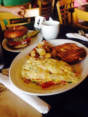The Grind Cafe: Rührei & Bagel