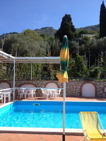 Hotel Il Girasole: view across the pool to the hills