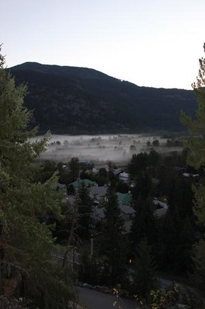 Greenwood Country Inn: Mist in the valley below, 6am