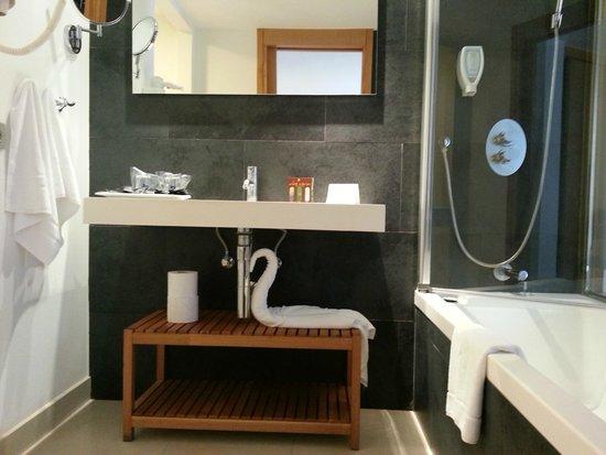 Тарахалехо, Испания: Otro original detalle de Naira (la camarera de habitación) en el moderno baño.