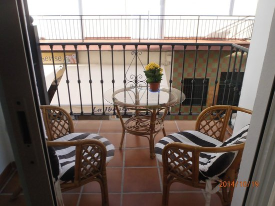 Apartamentos El Barrio: the balcony