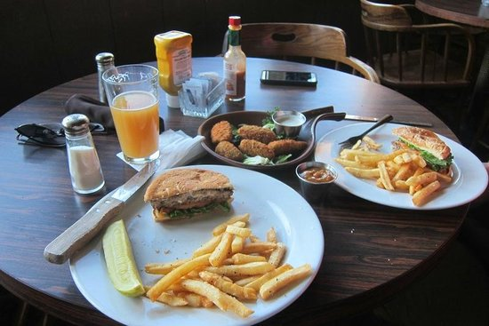 Badwater Saloon: Burger (split), beer, and poppers