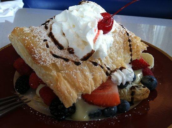 Suzette's Restaurant: Dessert for two!