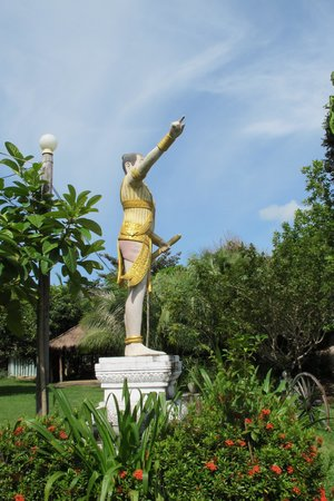Malibu Estates Bungalows Resort: Questionable angle of the statue at the entrance ;)