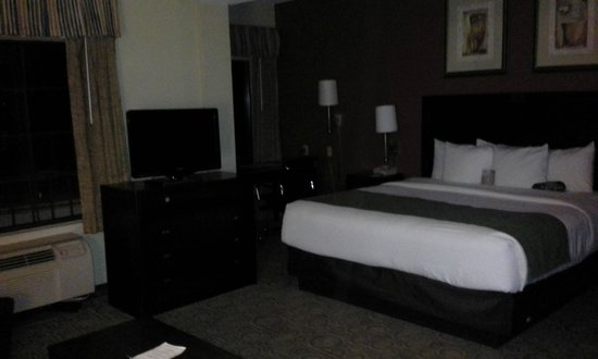 Comfort Suites Regency Park: View of the Room at night