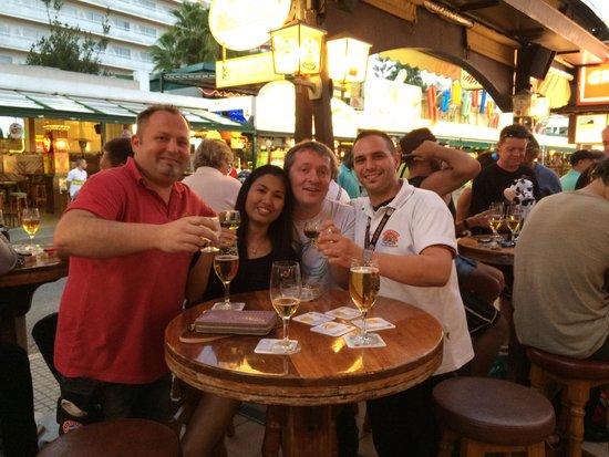 Bierkonie Arenal SL.: Die besten Kellner hier :)