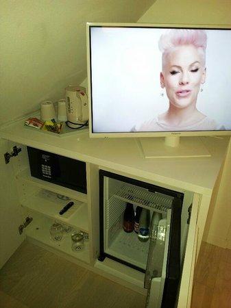 Hotel Rössli: TV, mini-bar, kettle and good safe