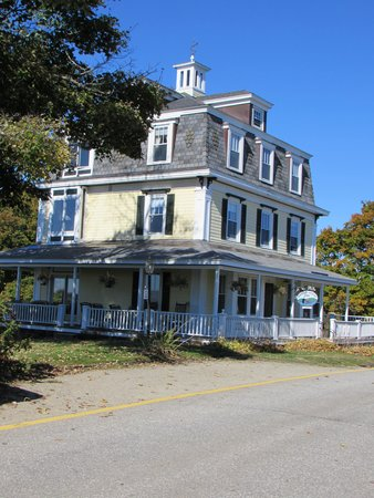 Harbor House Inn: view of the B&B from outside