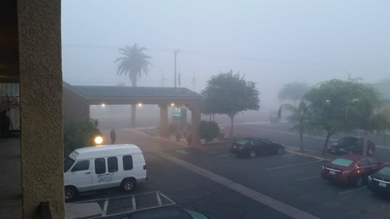 Brawley Inn Hotel & Conference Center: foggy morning looking towards check-in area