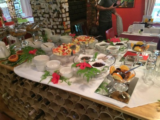 Armagh Country Lodge Rafters & Spa: The inviting cold buffet table to help yourself to while awaiting the warm breakfast. Delicious