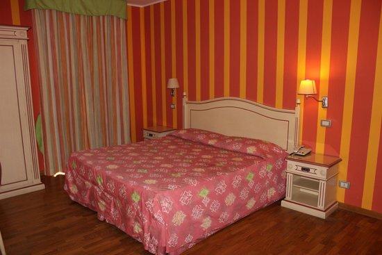 Hotel Mateotti: Cama num Quarto Amplo