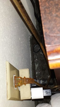 Days Inn Fairmont: Debris gathered behind bedside nights stand