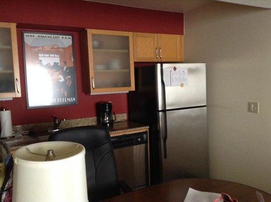 Residence Inn San Diego La Jolla : Kitchen area in room