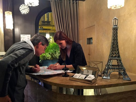 B Montmartre Hotel: Helpful Front Desk Service