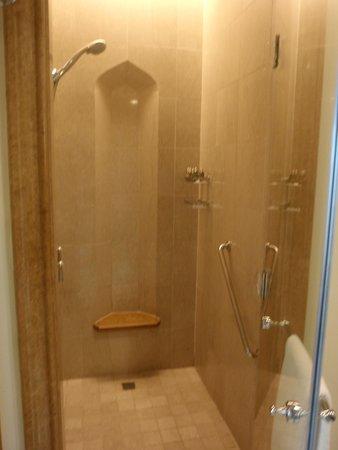 Salle de bains picture of shangri la hotel qaryat al for Salle de bain hotel